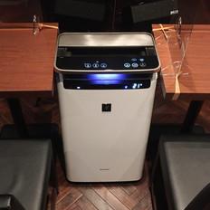 お客様フロア中央には、店舗面積を十分にカバーするシャープ製加湿空気清浄機1台を設置。( SHARP Plasmacluster NEXT )