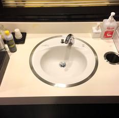 手洗所には、ハンドソープ・消毒アルコール・マウスウォッシュ・うがい薬等を設置しております。またハンドペーパータオルのご利用をお願いしております。定時清掃も徹底しております。
