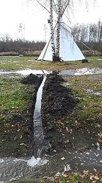 Esimeste püstkodade püstitamine mudasele platsile