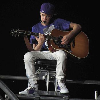 """English: Justin Bieber performing """"Favori..."""