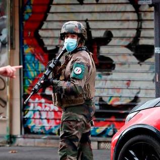 Parigi: nuovo attentato nei pressi dell'ex sede di Charlie Hebdo, 4 feriti. Fermati i sospettati