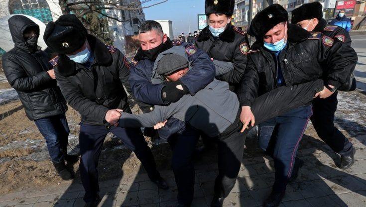 kazakistan polizia manifestanti