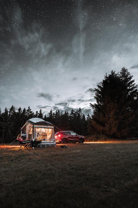 Zeltanhänger bei Nacht