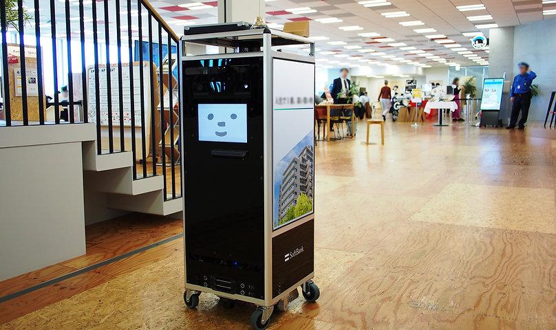 未来のオフィスで人と共に働くロボットたち ソフトバンクの自律走行ロボットCuboidくんサイネージくん