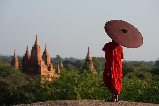 Mönch mit Blick auf einen Tempel