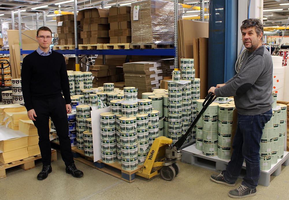 Kehitysjohtaja Marko Rintanen (vas.) käy tehtaalla tervehtimässä työnjohtaja Anders Ahlgrenia.
