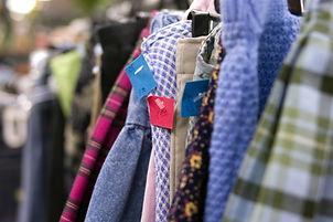 Wussten Sie auch…?  …dass nur etwa 400.000 Tonnen der Alttextilien gesammelt werden. Der Rest, ca. 350.000 Tonnen Textilien, verbleibt derzeit noch im Hausmüll. Die Müllberge steigen stetig an. Wir möchten unsere Containerstellplätze an zentralen Orten des öffentlichen Lebens aufstellen und somit den Bürgerinnen und Bürgern die Möglichkeit geben die gebrauchten Kleider und Schuhe zu recyceln.