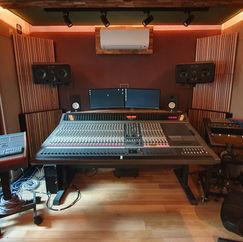 Control room met veel daglicht, ADAM S3H-X speakers, accoustisch volledig uitgebalanceerd.