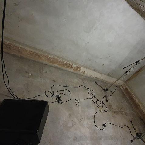 Onder de studio bleek een WW2 bunker te zitten, die nu dienst doet als echo-room. wat een reverb!