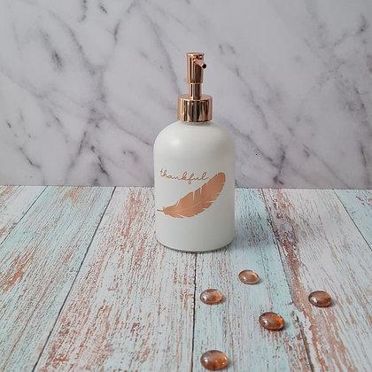 Dispensador de jabón blanco pluma