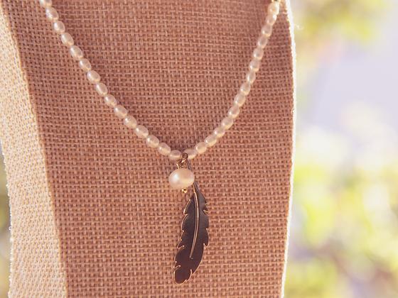Collar de Piedra Natural bañada en oro y Perlas de Río con colgante de hoja