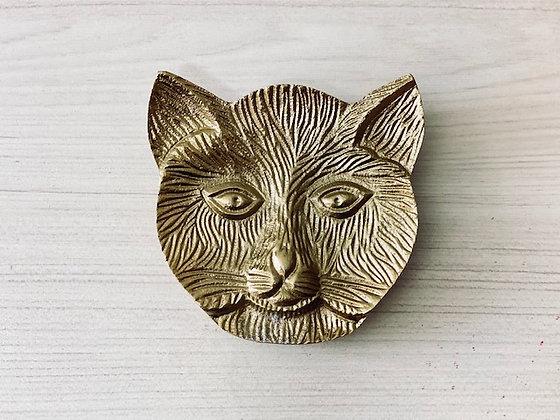Platillo dorado felino