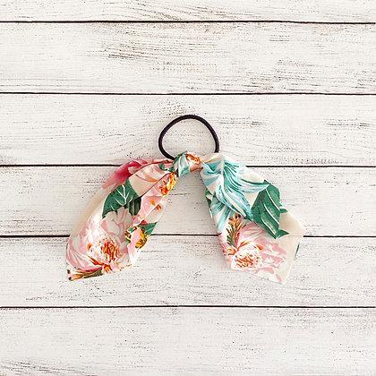 Colet cinta flores blanco rosado