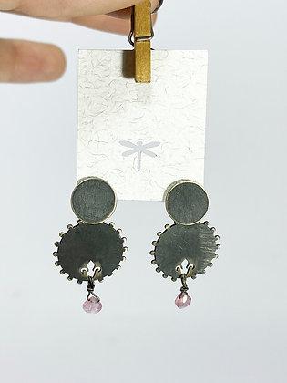Aros de plata envejecida flor de lis y ágata rosa