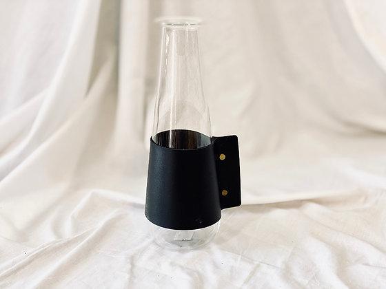 Florero o jarra de vidrio con asa cuero negro