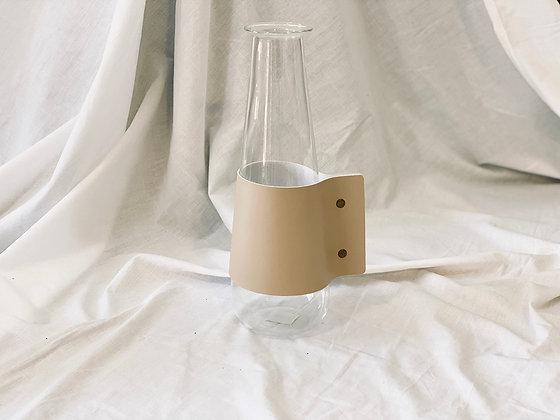 Florero o jarra de vidrio con asa cuero crema