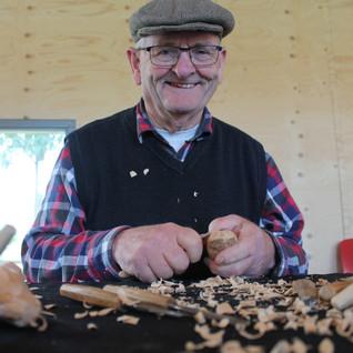Wim Brandwijk toonde zijn waarheidsgetrouwe vogels in houtsnijwerk