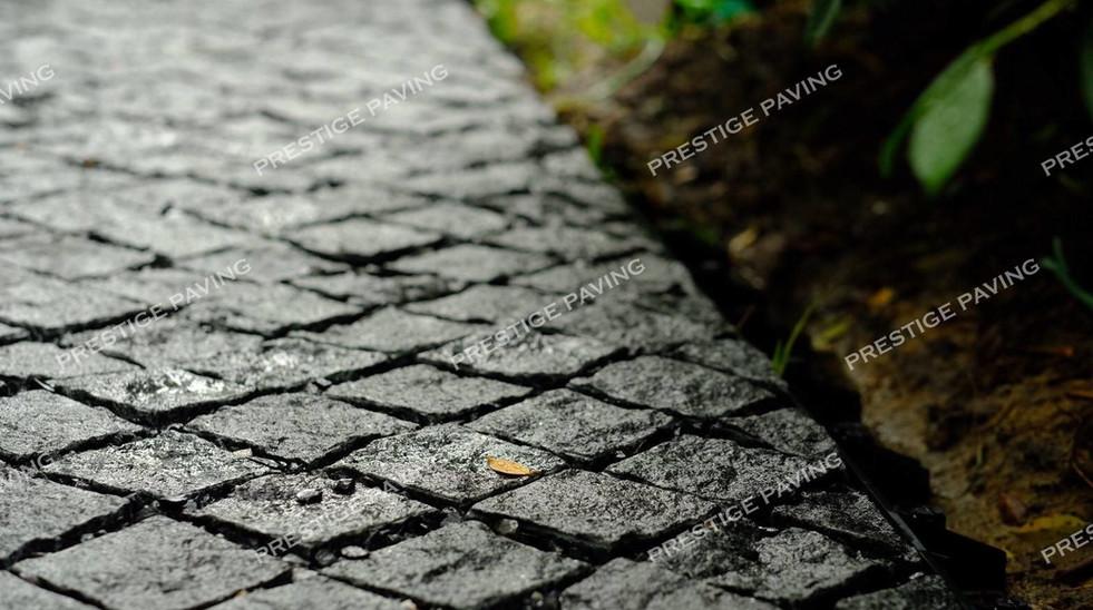 หินลูกเต๋าแบบแผ่นสำเร็จ รุ่นรัสติก แกรนิตสีเทา ลายเรียงตรง