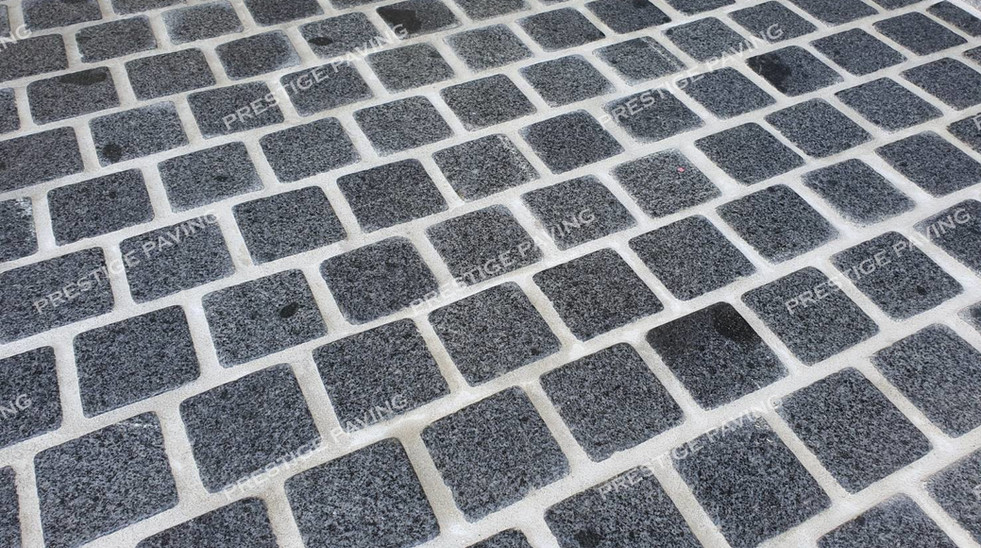 หินลูกเต๋าแบบแผ่นสำเร็จ รุ่นโมเดิร์น แกรนิตสีเทา ลายอิฐเรียงสลับ