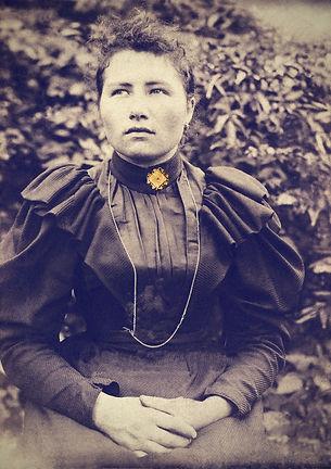 Portrait MAdame Veuve Point avec broche.