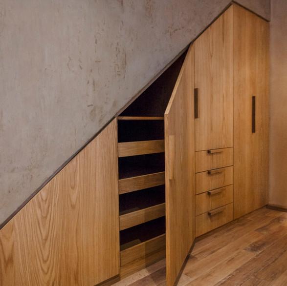 Clóset bajo escalera.
