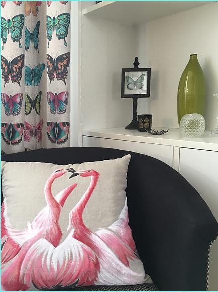 création bibliothèque sur mesure, rideaux Harlequin collection amazilia papillon, coussin flamant roses, fauteuil la redoute,