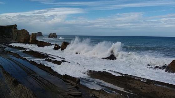 La costa quebrada en embarcación neumática