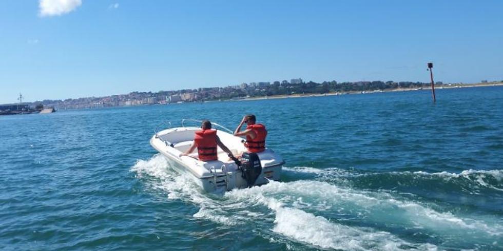 En motora por la bahía de Santander
