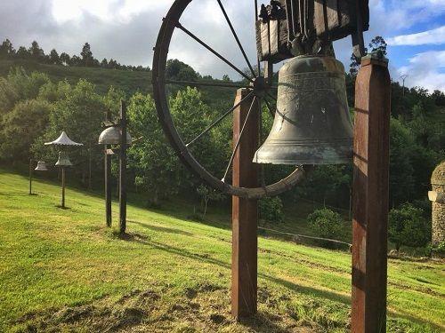 campanas de diferentes tipos en la finca del campanero Abel Portilla en Vierna (Cantabria)