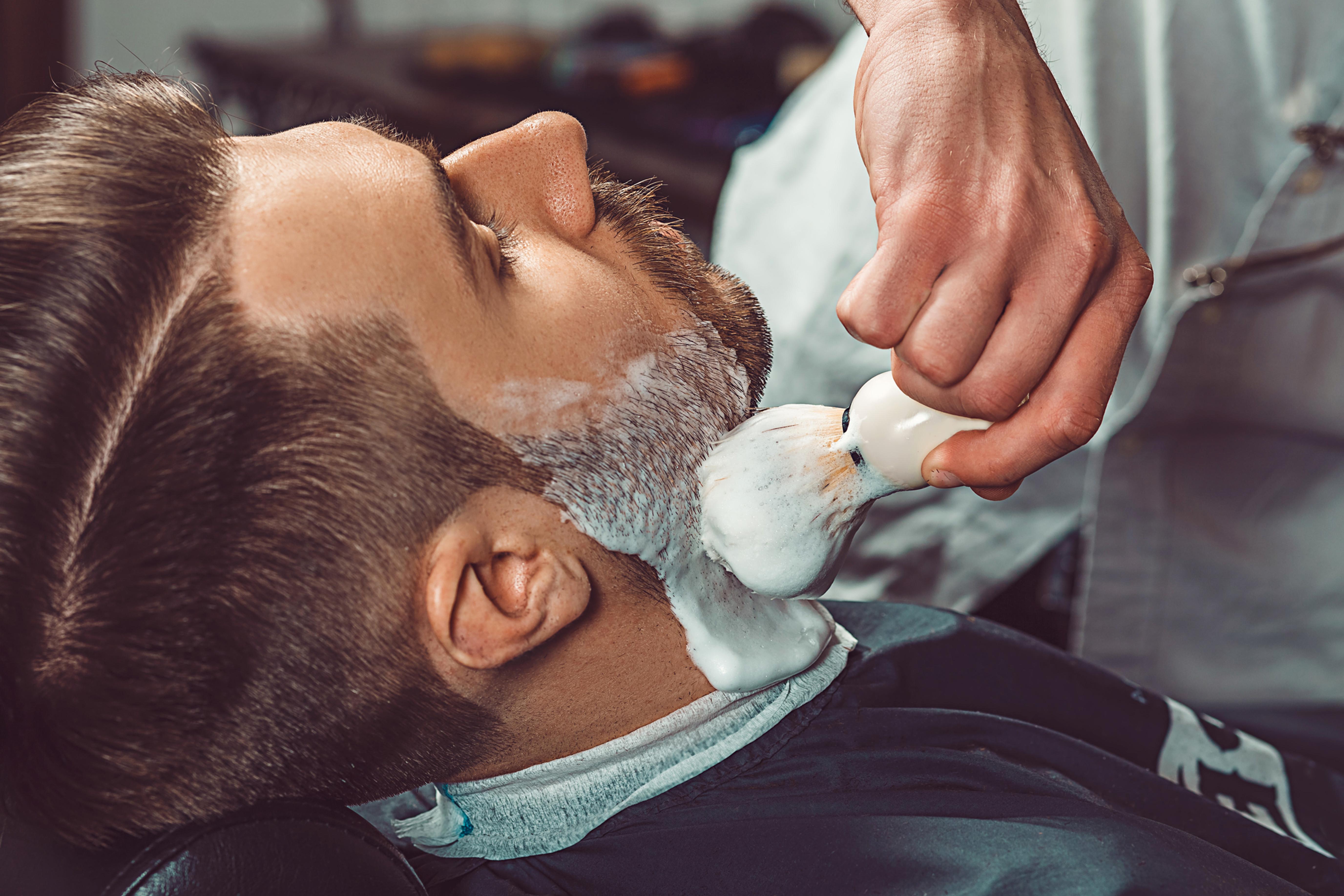 Bart- Rasur und -Pflege mit heissem Tuch