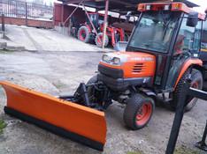VIDEO Po štyri traktory a sypače. Zima v meste môže začať