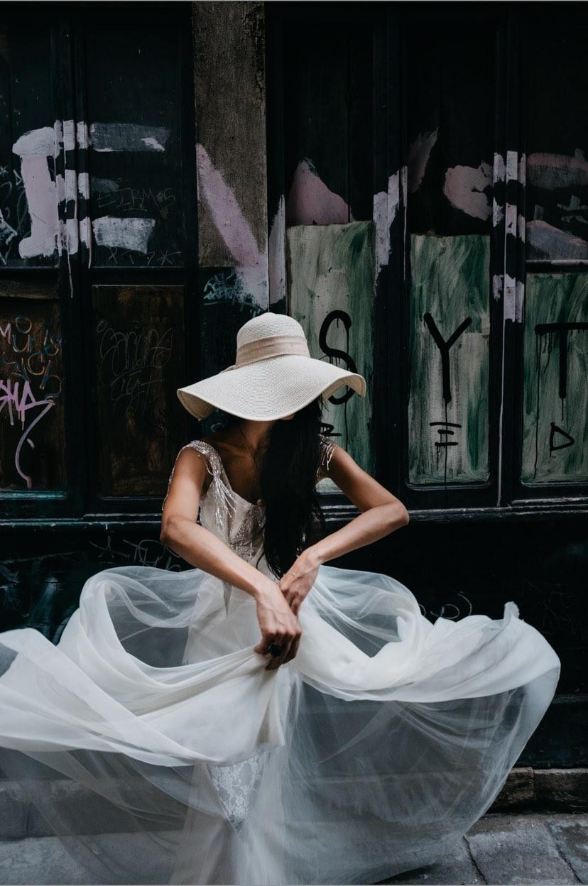 A super cool bride in the streets of Venice, wearing a unique gown made with 75 rhomboid pieces of different fabrics like organza, tulle, lace and taffeta, put together by hand. Shot by the amazing Seba Kurtis