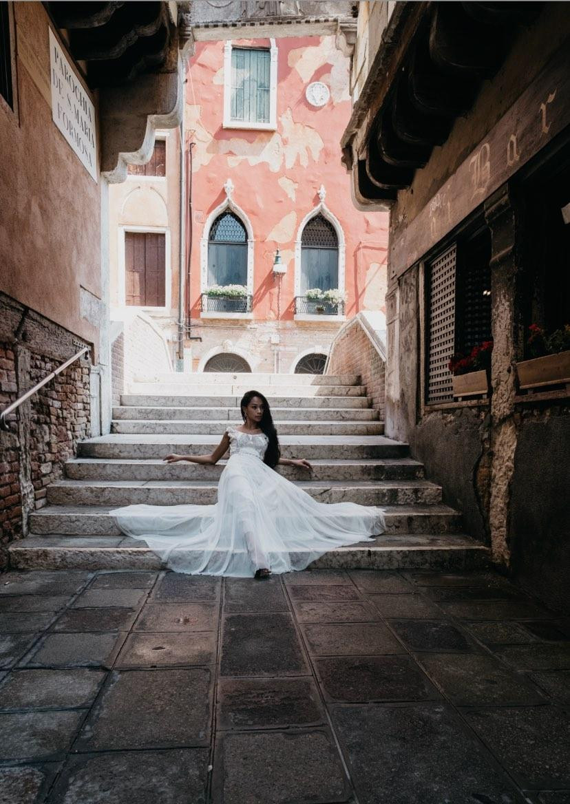 A super cool bride in the streets of Venice, wearing a unique gown made with 75 rhomboid pieces of different fabrics like organza, tulle, lace and tafetta, put together by hand. Shot by the amazing Seba Kurtis