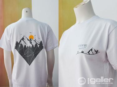 Textildruck T-Shirt Adventure Awaits