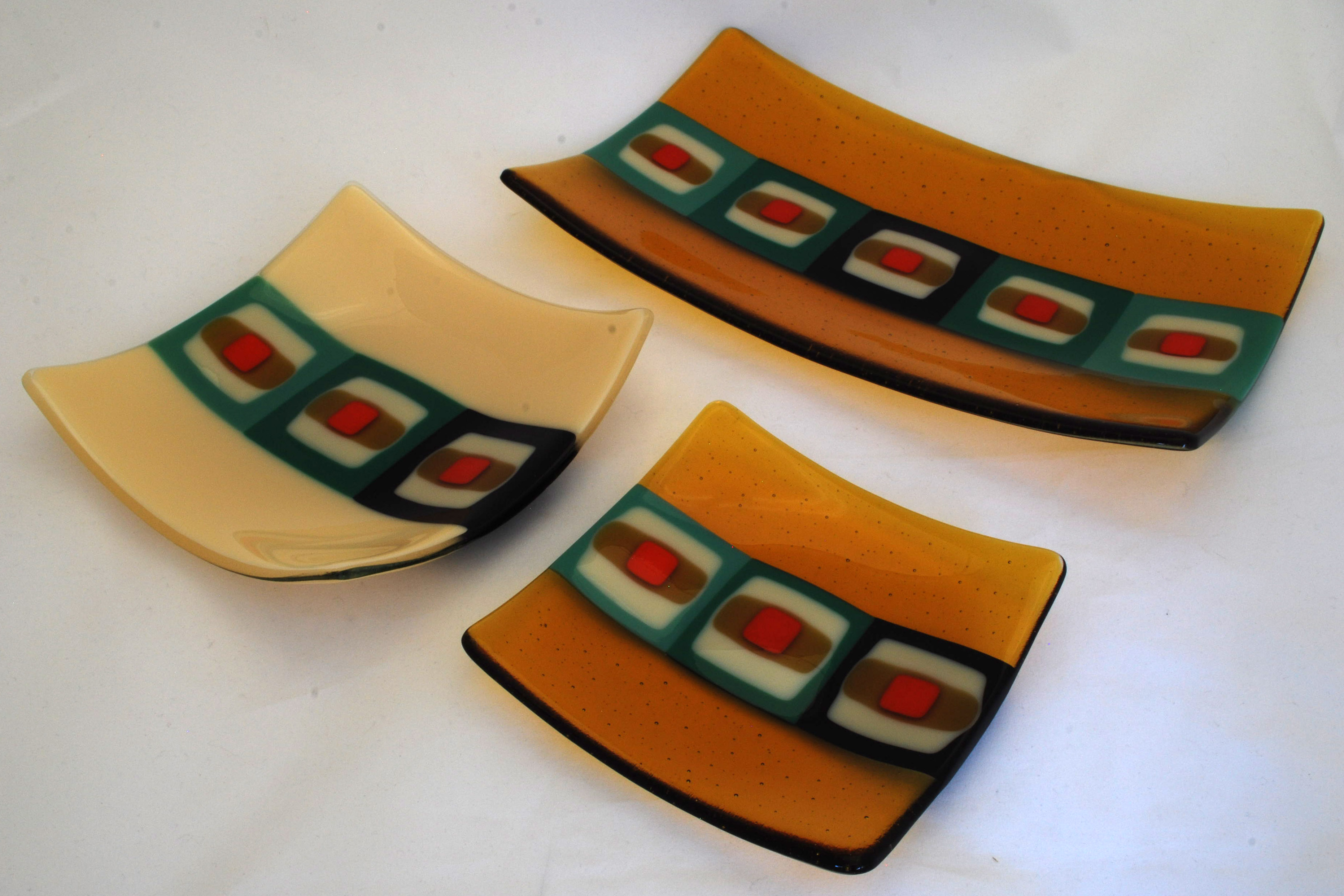 Plate and platter set in retro design