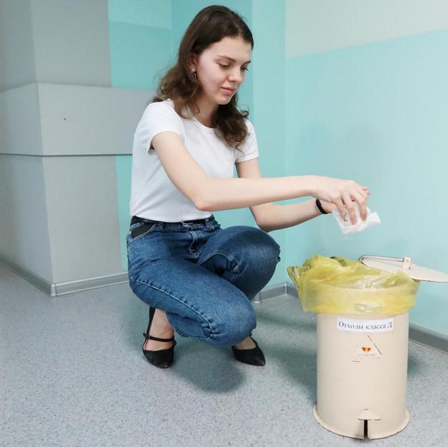 7. На место укола будет наложена асептическая повязка. Ее можно снять самостоятельно через 30-40 минут после инъекции и выкинуть в специальный бачок в комнате 225.