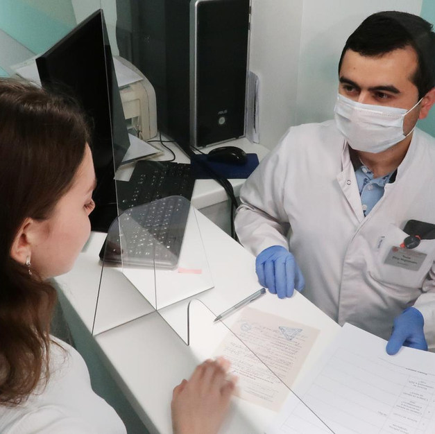 2. Передайте документы сотруднику отделения для оформления амбулаторной карты.