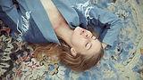 Mujer, acostado, en, alfombra