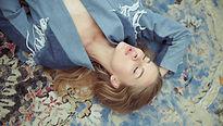Femme couchée sur un tapis