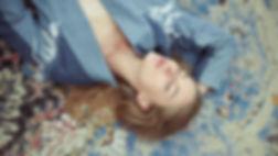 Frau, die auf Teppich liegt