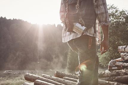 自然の中で人間のハイキング