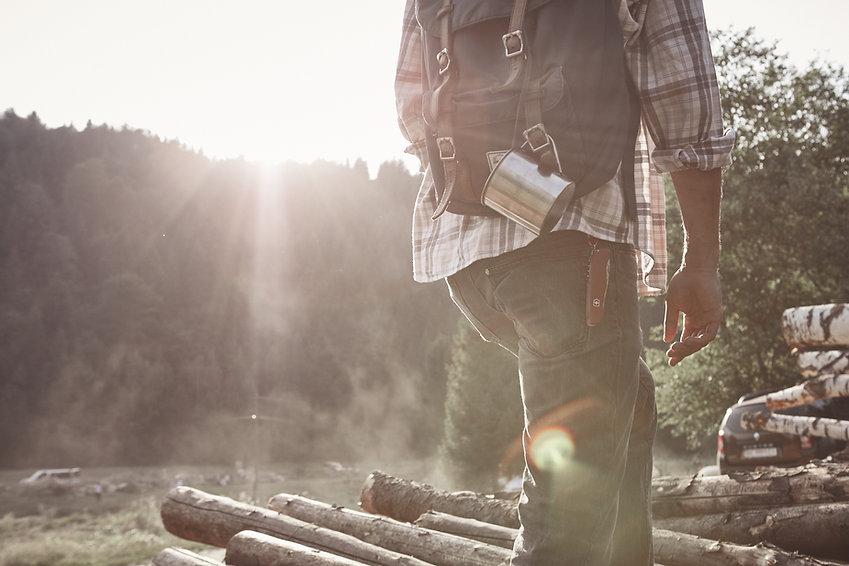 Man Wandern in der Natur