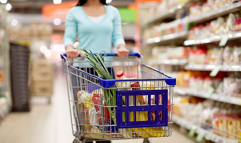 woman-with-food-in-shopping-cart-at-supe