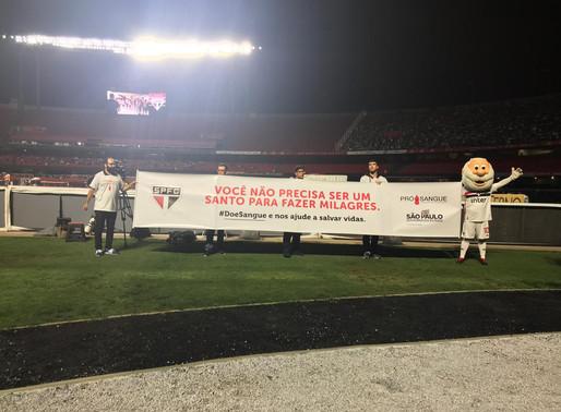 Mascote do São Paulo Futebol Clube convida torcedores a fazer um milagre.