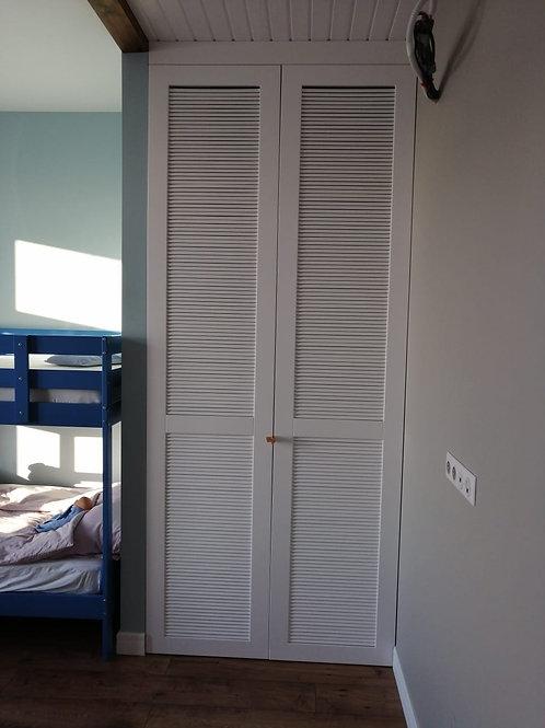 шкаф распашной с дверями жалюзи