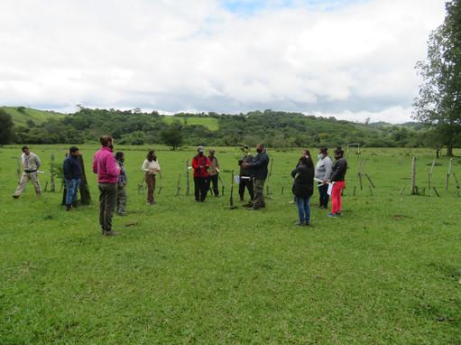 Plantación de arbolito en el Centro Vecinal de El Chorrito (Salta).