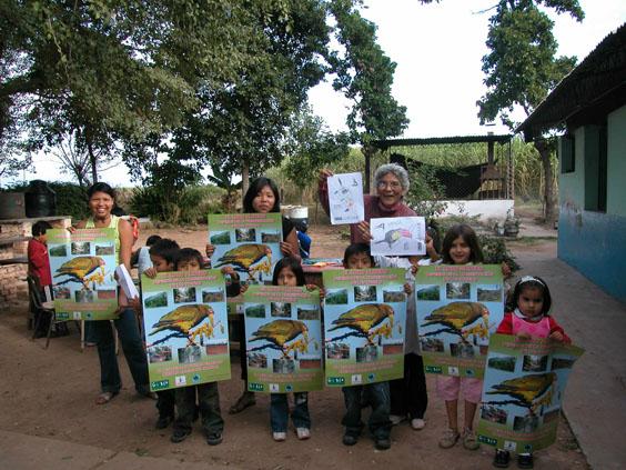 Niños con posters del loro alisero.