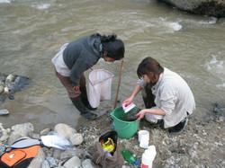Colectando muestras del río.