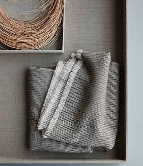 Elvang - Bricks throw - grey storage.jpe