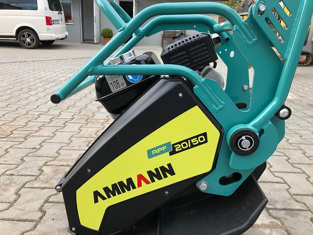Vibrační deska Ammann APF 20/50 včetně koleček, podložka na zámkovou dlažbu, motor Honda, jednosměrná, hmotnost 100kg